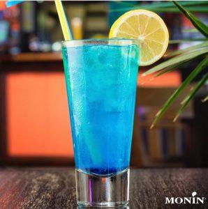 Soda italiana de curaçau blue preparada com xarope Monin