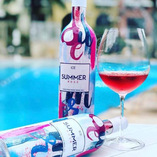 Rose Summer é um vinho demic-sec elaborado com uva Merlot